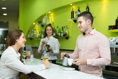 Бармен и barista работая на баре Стоковая Фотография