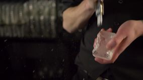 Бармен ломая лед выбором сток-видео