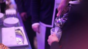 Бармен льет кофе сток-видео