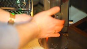 Бармен мелет кофе для эспрессо сток-видео