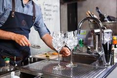 Бармен на работе, подготавливая коктеили концепция о обслуживании и напитки в кухне ресторан стоковые фотографии rf