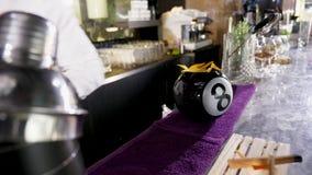 Бармен на столе бара делая коктеиль сток-видео