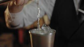Бармен показывает его искусство пить mixind видеоматериал