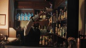 Бармен показывает его искусство пить mixind акции видеоматериалы