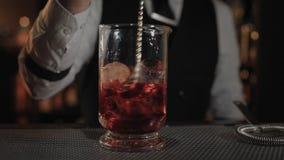 Бармен показывает его искусство пить mixind сток-видео
