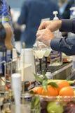 Бармен подготавливая вкусный коктеиль Стоковые Фото