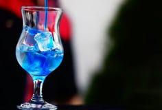Бармен подготавливая коктеиль с голубым сиропом Стоковое Изображение