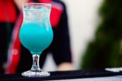 Бармен подготавливая коктеиль с голубым сиропом Стоковые Изображения RF