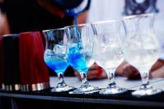 Бармен подготавливая коктеиль с голубым сиропом Стоковая Фотография RF