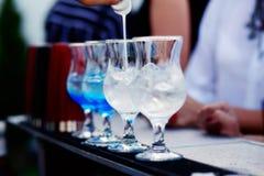 Бармен подготавливая коктеиль с голубым сиропом Стоковая Фотография