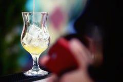 Бармен подготавливая коктеиль с желтым сиропом Стоковые Фотографии RF