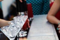 Бармен подготавливая коктеиль для гостей Стоковая Фотография RF
