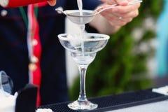 Бармен подготавливая коктеиль для гостей Стоковое Фото