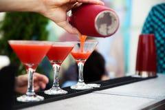 Бармен подготавливая коктеиль для гостей Стоковые Фото
