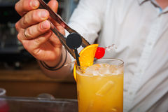 Бармен подготавливая коктеиль Стоковое Фото