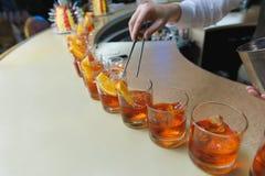 Бармен подготавливая коктеиль Стоковые Изображения RF