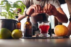 Бармен подготавливая коктеиль negroni Стоковая Фотография