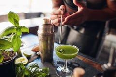 Бармен подготавливая свежий коктеиль огромного успеха базилика Стоковое Изображение