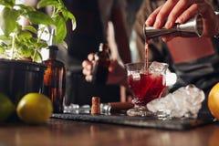 Бармен подготавливая свежий коктеиль negroni Стоковые Изображения RF
