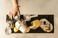 Бармен принимает инструменты для спирта смешивания стоковые фотографии rf