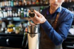 Бармен при шейкер подготавливая коктеиль на баре Стоковая Фотография RF