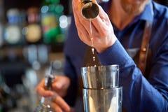 Бармен при шейкер подготавливая коктеиль на баре Стоковое Изображение RF