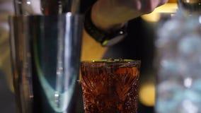 Бармен устанавливая апельсиновую корку горящий для напитка сток-видео
