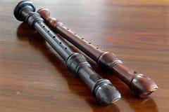 2 барочных рекордера, музыкальные инструменты, на деревянном столе Стоковое фото RF