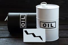 2 барреля нефти и диаграмма с падать изгибают Стоковая Фотография RF