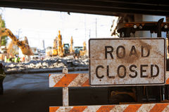 Баррикада дороги закрытая преграждает доступ к главной межгосударственной конструкции Стоковые Фотографии RF