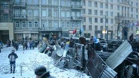 Баррикад около стадиона Lobanovsky во время встречи евро maidan в Киеве, Украине, видеоматериал