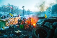 Баррикад с протестующими на улице Hrushevskogo в Киеве, Великобритании стоковые изображения