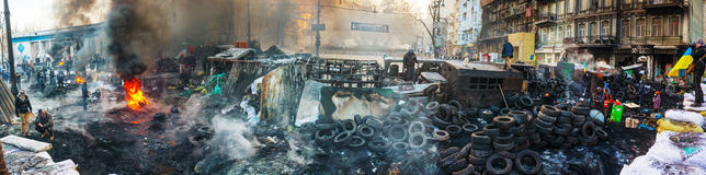 Баррикад с протестующими на улице Hrushevskogo в Киеве, Великобритании стоковое изображение rf