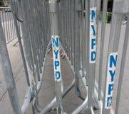 Баррикады NYPD, сдерживание толпы, NYC, NY, США стоковые фото