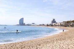 БАРСЕЛОНА, ИСПАНИЯ - МАЙ 2017: Пляж Barceloneta Стоковые Фотографии RF