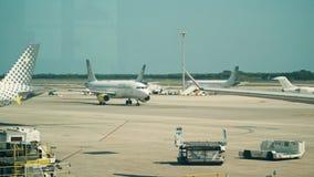 БАРСЕЛОНА, ИСПАНИЯ - 15-ОЕ АПРЕЛЯ 2017 Лоток снятый самолетов Vueling Airlines коммерчески ездя на такси и поддержанный на сток-видео