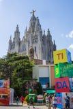 БАРСЕЛОНА, ИСПАНИЯ - 13-ОЕ ИЮЛЯ 2016: Взгляд искупительной церков священного сердца Иисуса от свободной зоны Tibidabo в Barcelon Стоковые Фотографии RF