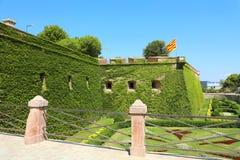 БАРСЕЛОНА, ИСПАНИЯ - 12-ОЕ ИЮЛЯ 2018: Замок Montjuic с каталонским флагом на верхней части; это старая воинская крепость, с датир стоковые изображения rf