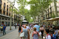 БАРСЕЛОНА, ИСПАНИЯ - 13-ОЕ ИЮЛЯ 2018: Ла Rambla, тысячи людей идет ежедневно этой популярной пешеходной зоной 1 r стоковое изображение rf