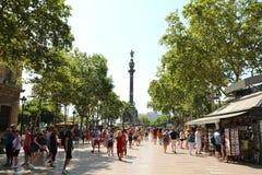 БАРСЕЛОНА, ИСПАНИЯ - 13-ОЕ ИЮЛЯ 2018: люди идя в это популярное стоковые фотографии rf