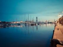 БАРСЕЛОНА, ИСПАНИЯ - 27-ое марта 2017: Взгляд обваловки Vell порта панорамный Пешеход идя на прогулку и восхищая яхту Стоковое Изображение