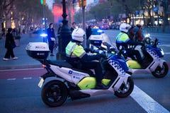 Барселона, Испания - 30-ое марта 2016: дорожная полиция на мотоциклах на перекрестке в вечере Полиция патруля на городском Стоковые Изображения