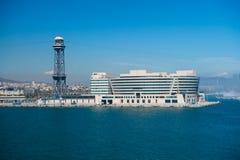 Барселона, Испания - 30-ое марта 2016: Здание и башня всемирного торгового центра на голубом небе Бизнес-парк Торговое и коммерци стоковое изображение