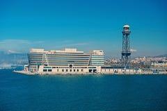 Барселона, Испания - 30-ое марта 2016: Здание и башня всемирного торгового центра на голубом небе Бизнес-парк Торговля и коммерци стоковые изображения