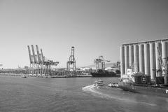 Барселона, Испания - 30-ое марта 2016: морской порт на голубом небе Порт контейнера Деятельность при торговли и коммерции Пересыл стоковые фото