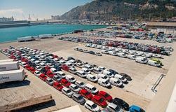 Барселона, Испания - 30-ое марта 2016: новые автомобили на стоянке в морском порте Автоматический экспорт и импорт автомобиля Пер стоковые изображения
