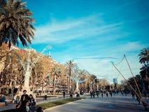 БАРСЕЛОНА, ИСПАНИЯ - 27-ое марта 2017: Пешеходный переулок внутри парка Ciutadella одушевленного человеком улицы который развлека стоковые изображения