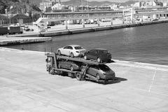 Барселона, Испания - 30-ое марта 2016: эвакуатор носит автомобили места и Мерседес в морском порте Автоматический экспорт и торго стоковые фото