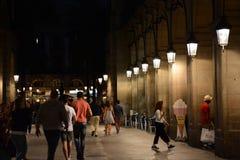 БАРСЕЛОНА, ИСПАНИЯ - 20-ОЕ МАЯ: Толпить улица Rambla Ла в основе Барселоны на ноче Стоковые Фото