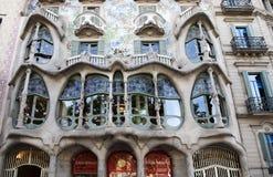 БАРСЕЛОНА, ИСПАНИЯ 6-ОЕ МАЯ Фасад 2014 Batllo Касы конструированный Antoni Gaudi Стоковые Фотографии RF